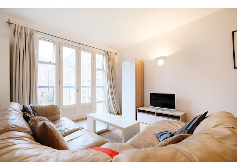 Clean, Secure 2BR Flat for 4 in East London, London, Living Room