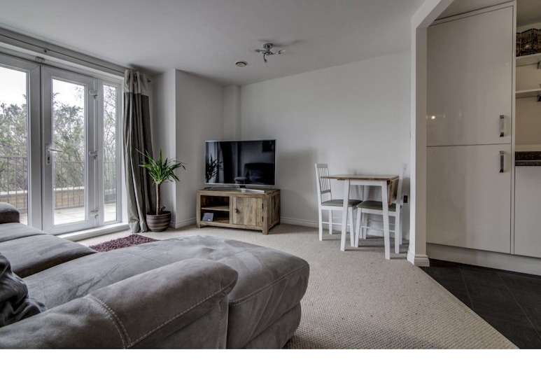 Clean, Bright 2BR Manchester Flat for 4, Salford