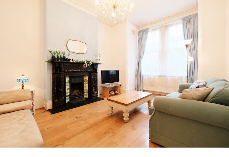 Lovely 1BR Edwardian House For 4 in North London, London, Living Area