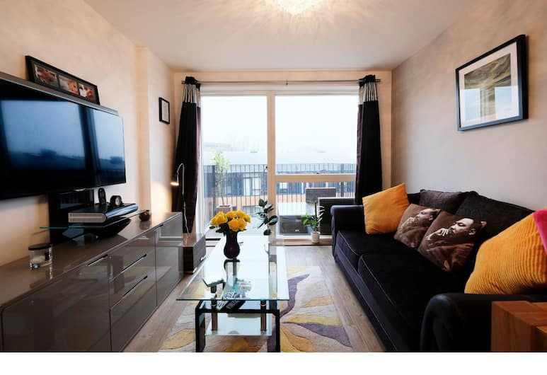 Cozy, Modern 1BR Brixton Flat For 5, London