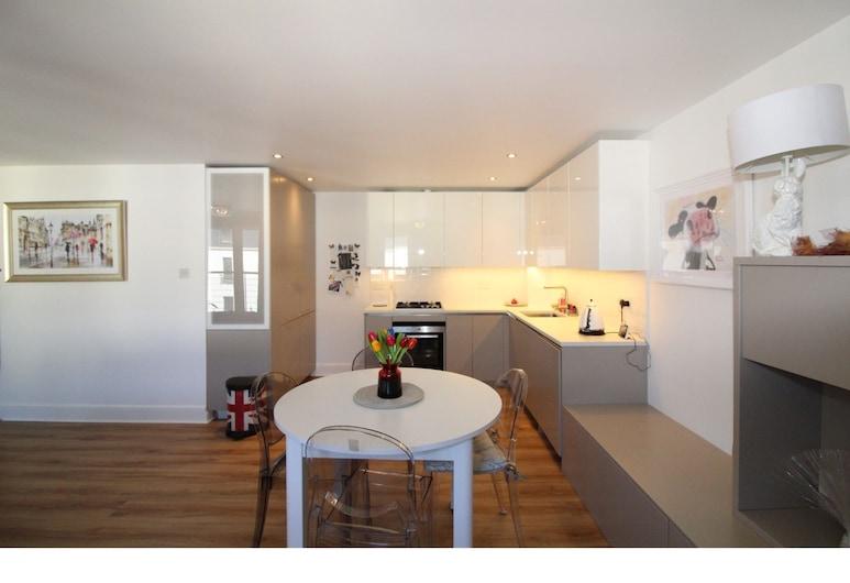 Stylish Modern 1BR Flat for 4 in Shore Side Leith, אדינבורו, מטבחון פרטי