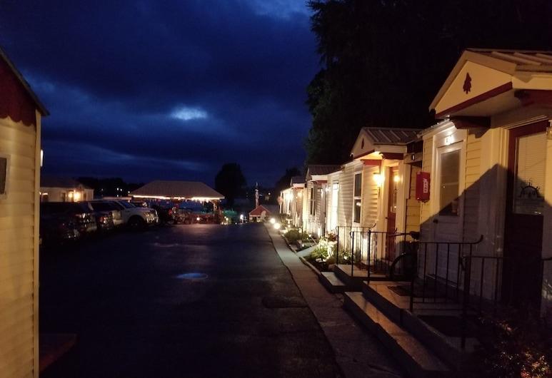 Hills Motor Court & Marina, Alexandria Bay, Hotel Front – Evening/Night