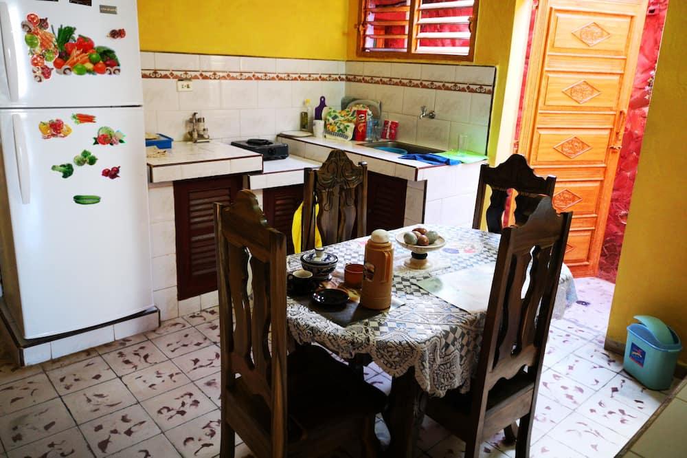 Třílůžkový pokoj typu Comfort, více lůžek, výhled do dvora - Společná kuchyně