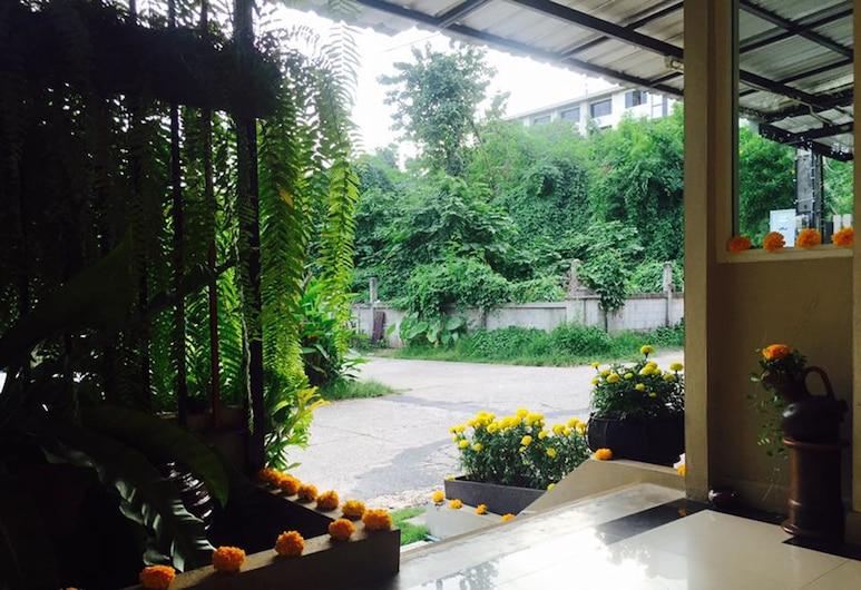Veva Residence, Chiang Mai, Verönd/bakgarður