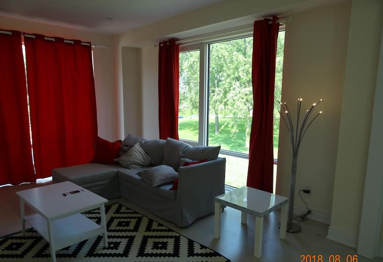 Ruby Red Cloud Homes, Toronto, Luxury Townhome, 5 Bedrooms, Non Smoking, Living Area