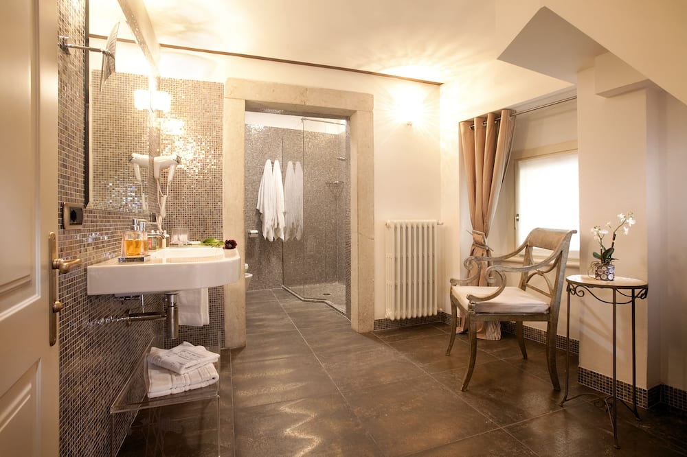 Улучшенный четырехместный номер - Ванная комната