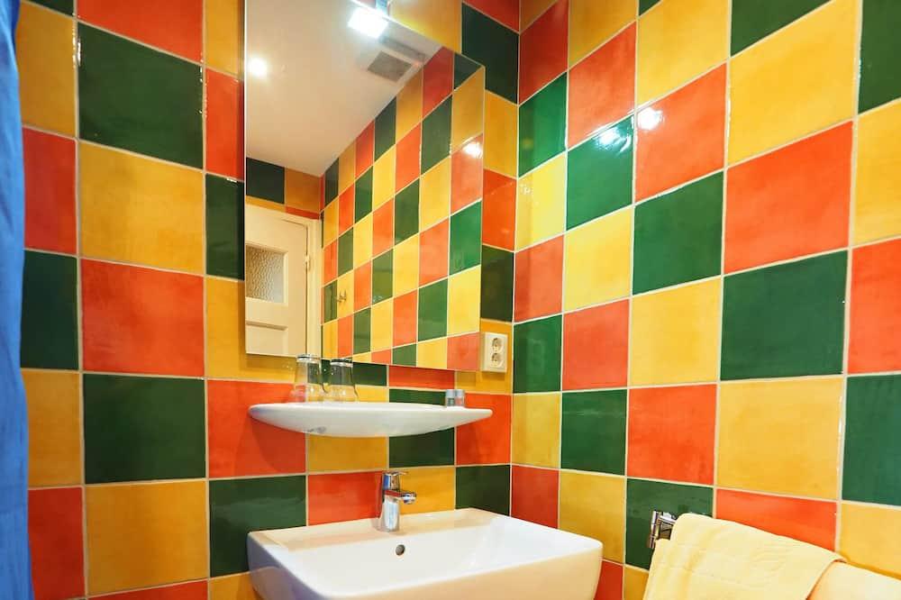 Habitación con 1 cama doble o 2 individuales, 2 camas individuales, para no fumadores - Baño
