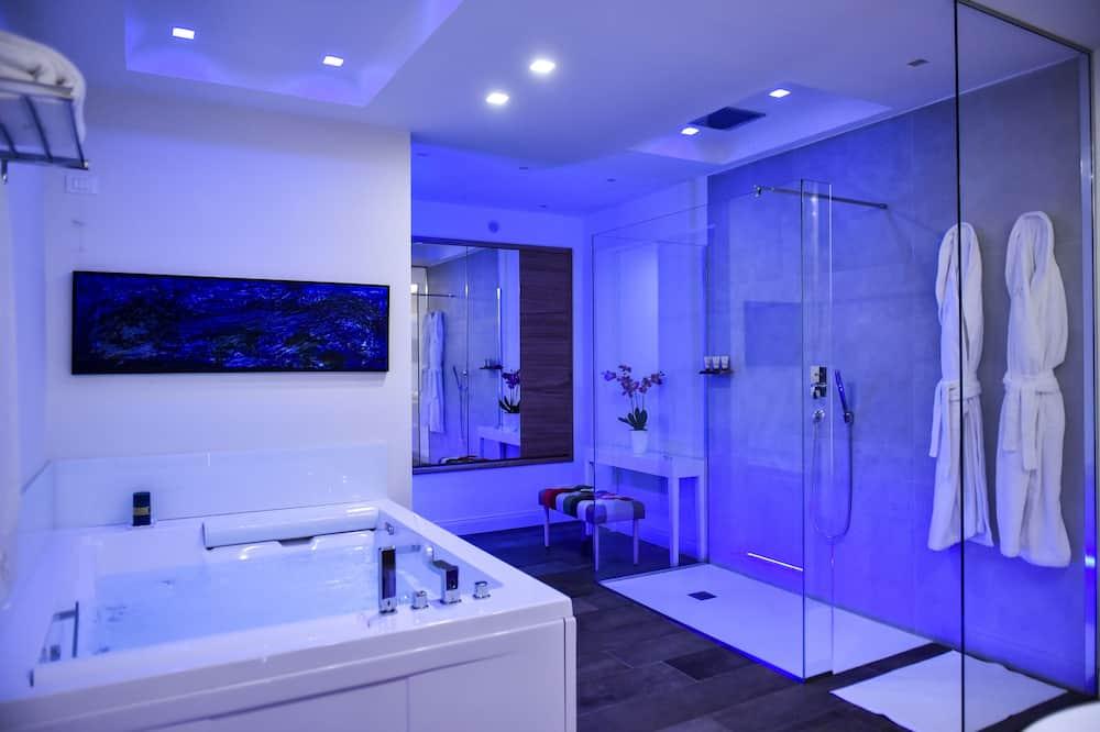Deluxe apartman, 1 hálószobával, két fürdőszobával - Fürdőszoba