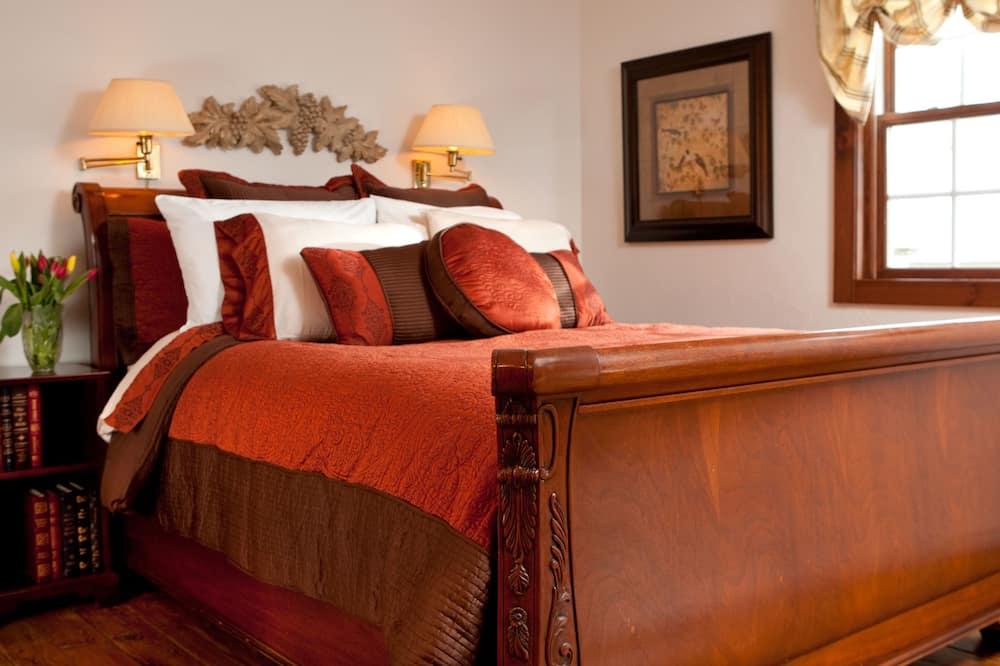 Traditional Suite, 1 Queen Bed - Bathroom
