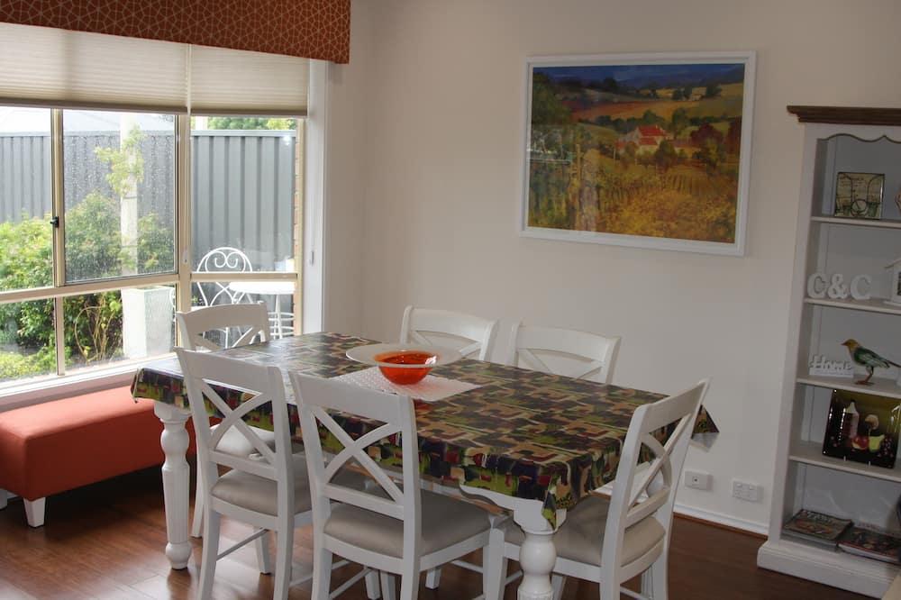 Rekreační domek typu Premium, 3 ložnice, výhled do zahrady - Stravování na pokoji