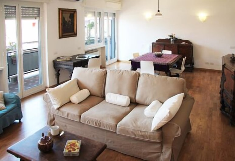 Spacious Halldis Apartment With 2 Balconies, Just 500m From Circo Massimo, Rome, Living Room