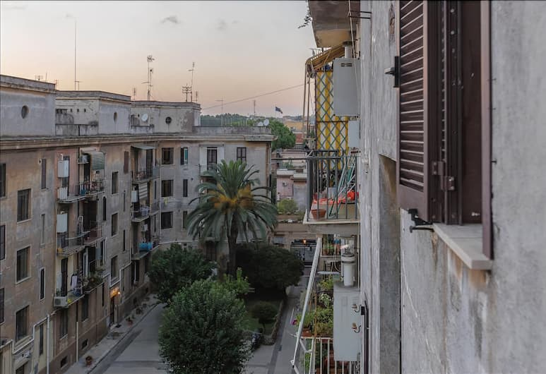 Bright and quiet Halldis apartment with small balcony, Rome, Balkon