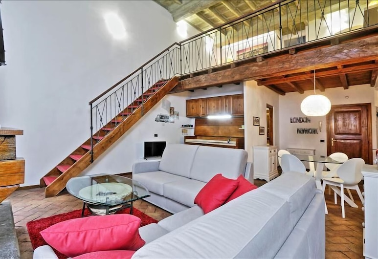 Beautiful Halldis apartment with a spacious open loft, close to the Roman Forum, Rome, Woonkamer
