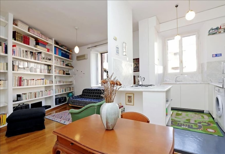 Spacious & bright Halldis apartment steps from the Spanish Steps, Rome, Living Room