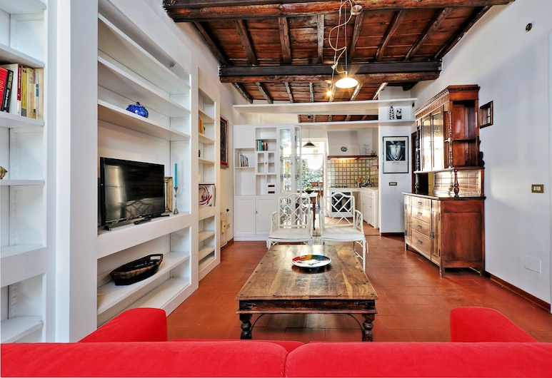Characteristic two bedroom apartment short walk from the Colosseum, Rome, Apartman, Dnevna soba