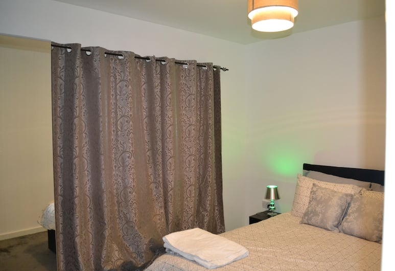 Amersham Park House, Salford, Deluxe House, 3 Bedrooms, Room