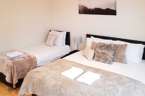 高い天井と優れた設備を備えた豪華で新しく改装された客室