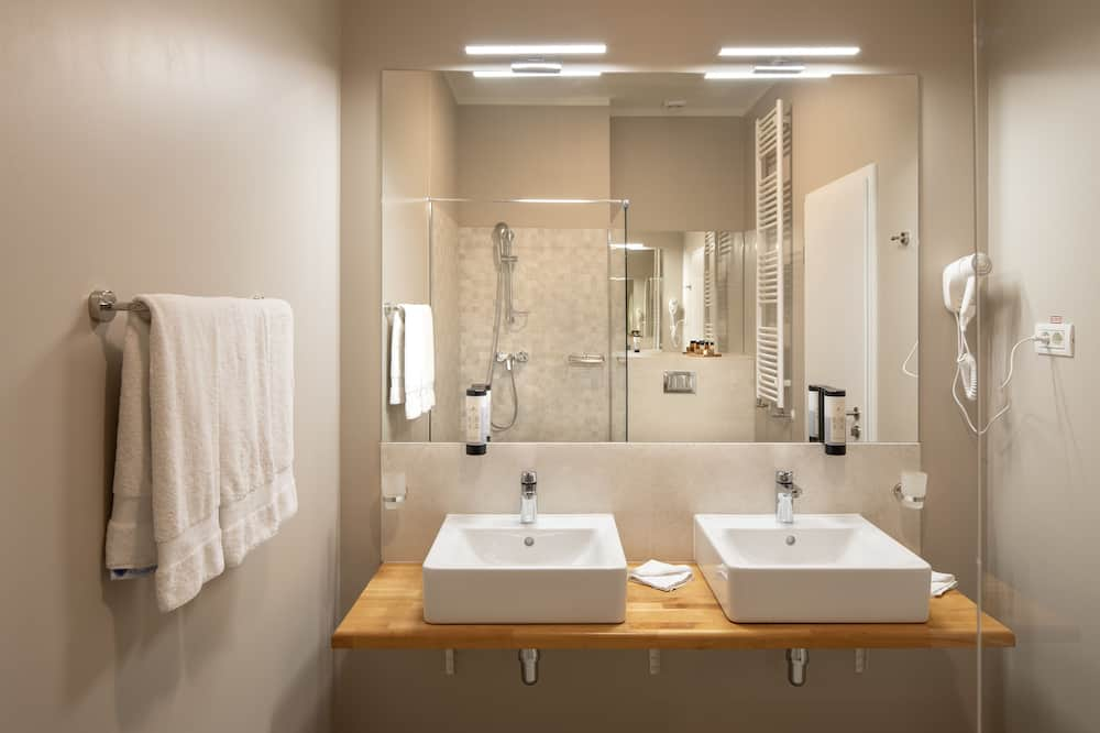 Улучшенный люкс, 2 двуспальные кровати «Квин-сайз» - Ванная комната
