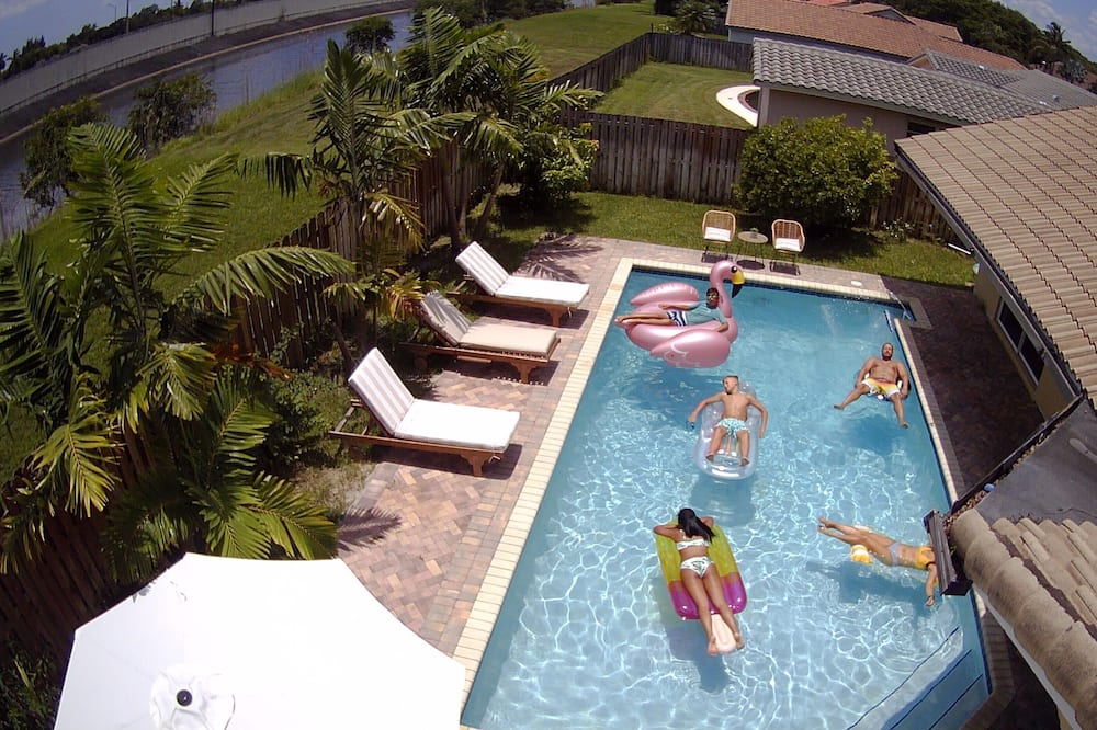 *LARGE, COASTAL 4 BEDROOM HOME WITH HEATED POOL IN PRIME FORT LAUDERDALE AREA*, Plantation