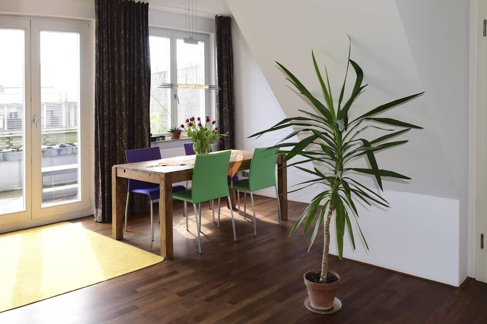 Deluxe appartement (Kaiserstraße 136) - Eetruimte in kamer