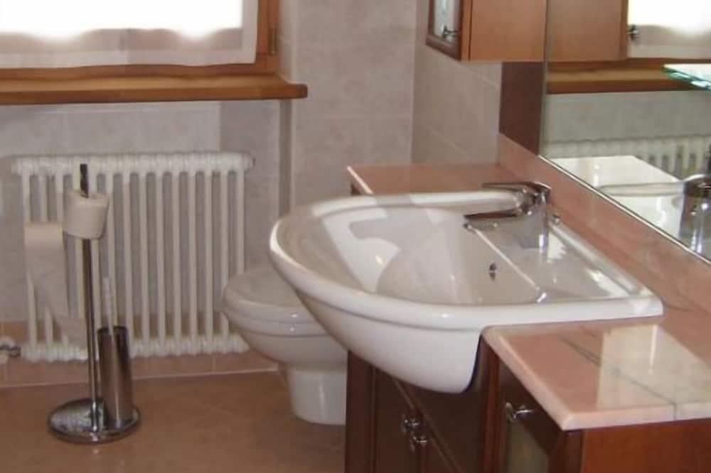 Departamento clásico, planta baja - Lavabo en el baño