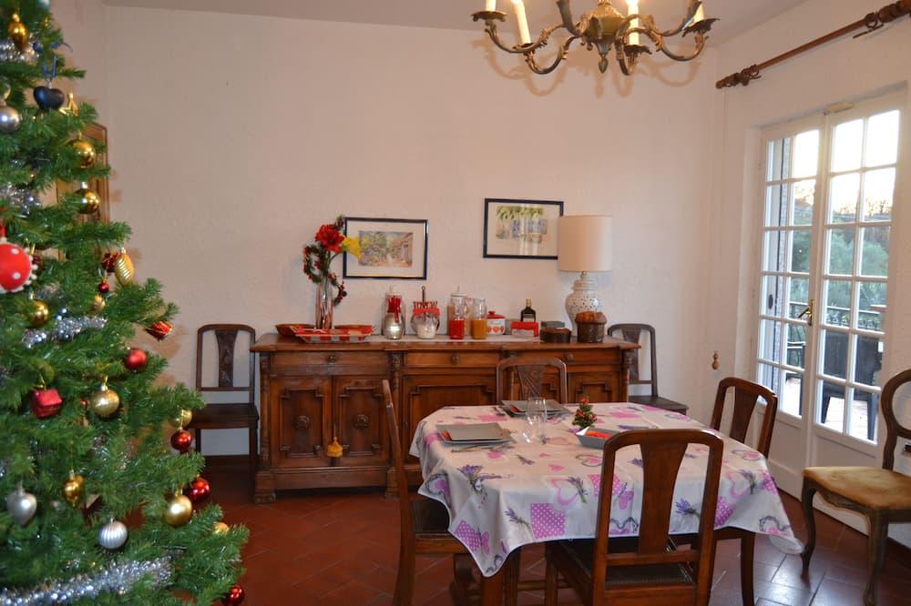 Junior Suite, 2 Bedrooms, Patio, Garden View - Living Area