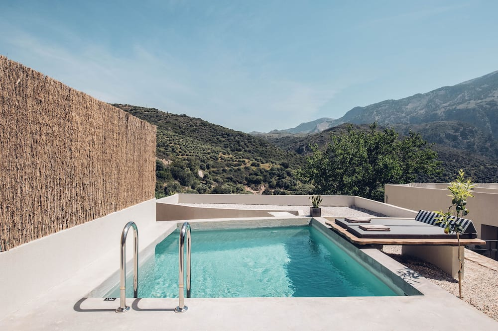 Senior Retreat with private pool & olive farm view - 산 전망