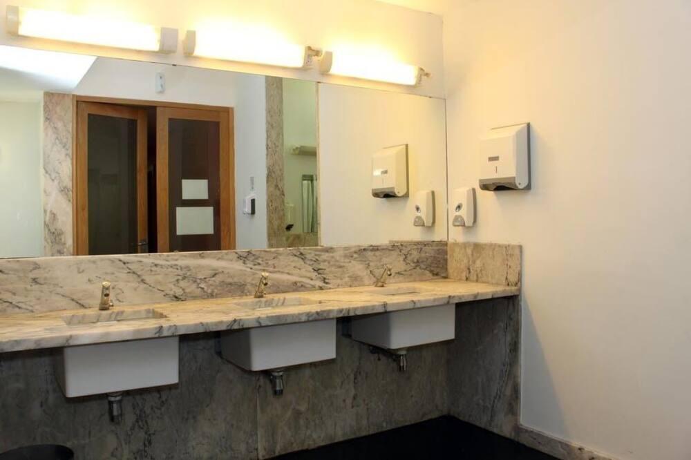 Bendrabutis, tik moterims, bendras vonios kambarys - Vonios kambarys