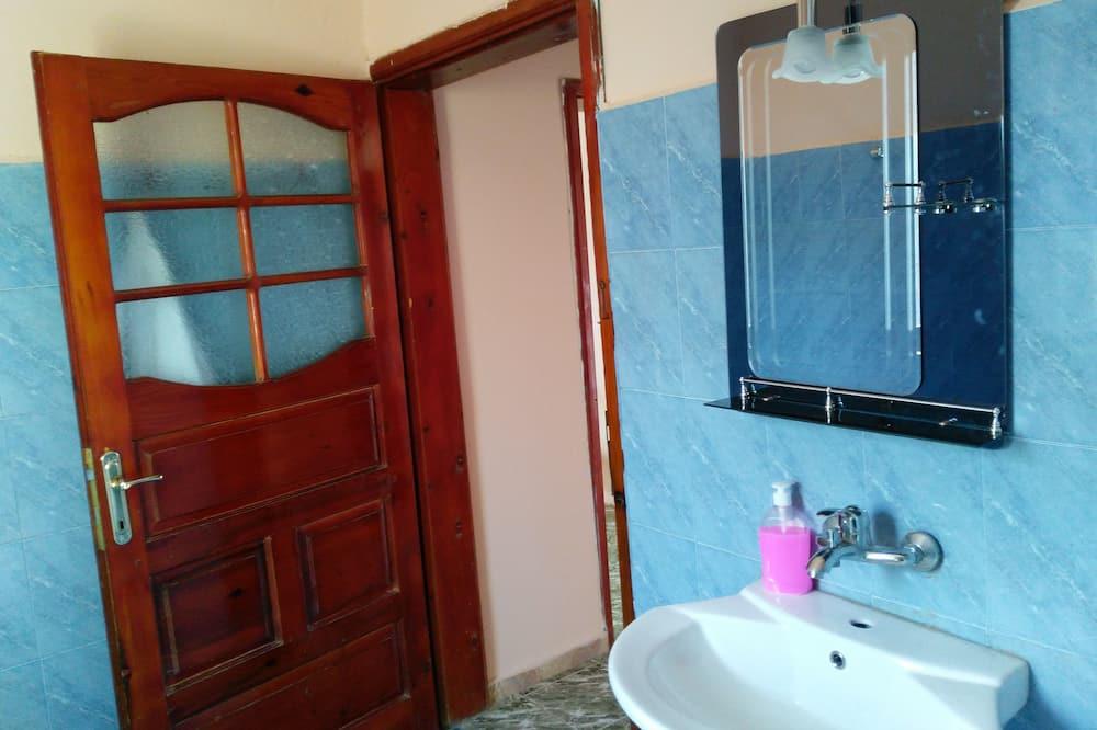 Kamar Twin Keluarga, Beberapa Tempat Tidur, smoking, pemandangan kota - Fasilitas Kamar Mandi