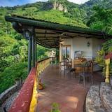 Deluxe Yurt, Lake view, 1 queen bed (Quetzal) - Living Area