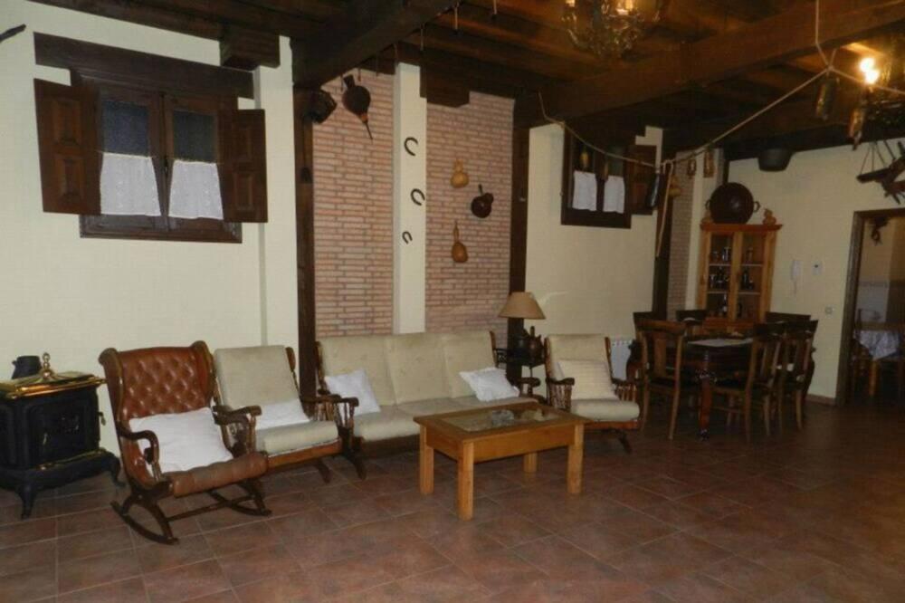 Māja, piecas guļamistabas - Dzīvojamā istaba