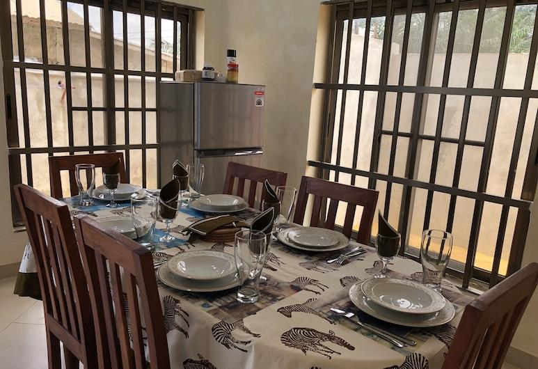 Villa Climatisee Sainte Georgette, Abomey-Calavi, Villa, Bespisning på rommet