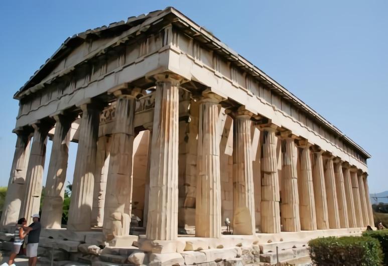 Επιστροφή στην παράδοση στην καρδιά της Πλάκας, Αθήνα, Εξωτερικός χώρος