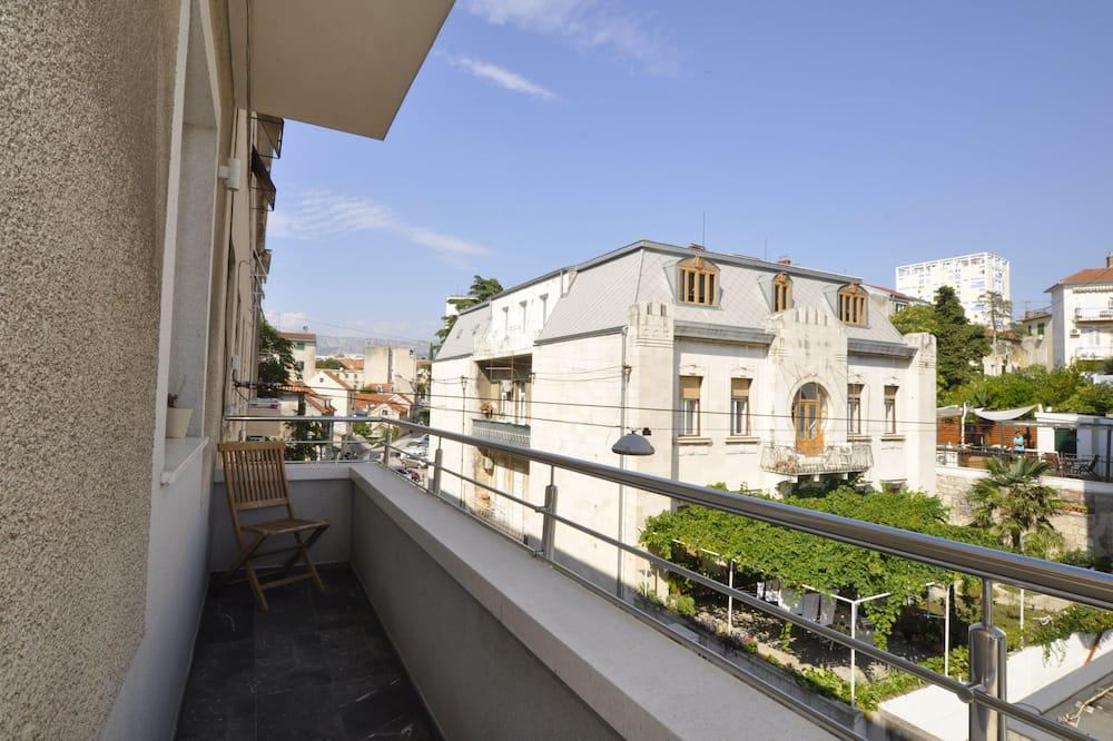 Deluxe King Room - 4 - Street View