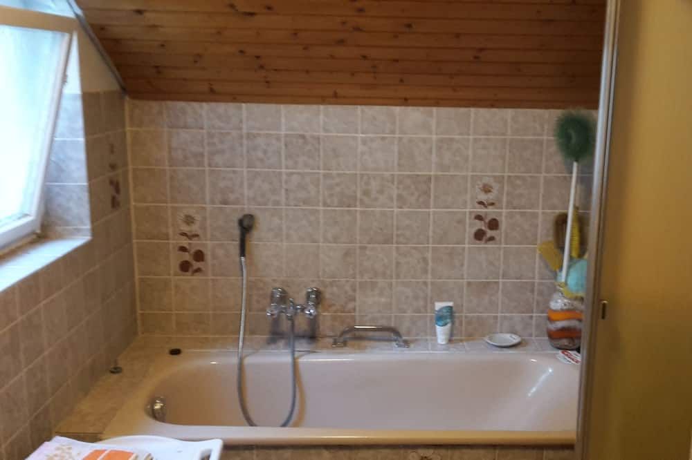 Habitación doble familiar, baño compartido (1. Obergeschoss - Zimmer 10) - Baño