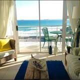 Deluxe Apartment, 2 Bedrooms, Sea View, Beachfront - Living Room