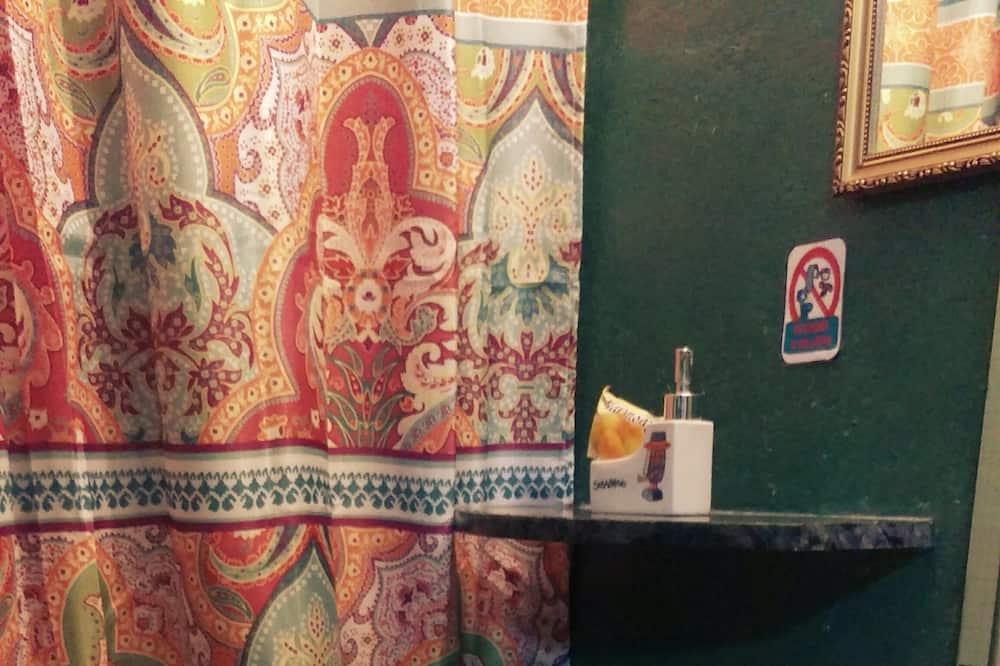 컴포트 쿼드룸, 침대(여러 개), 전용 욕실, 마당 전망 - 욕실