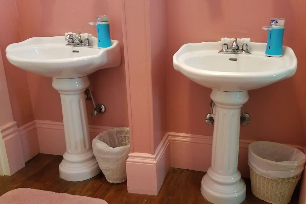 Chambre Tradition, 1 grand lit, non-fumeurs, salle de bains privée - Lavabo de la salle de bain