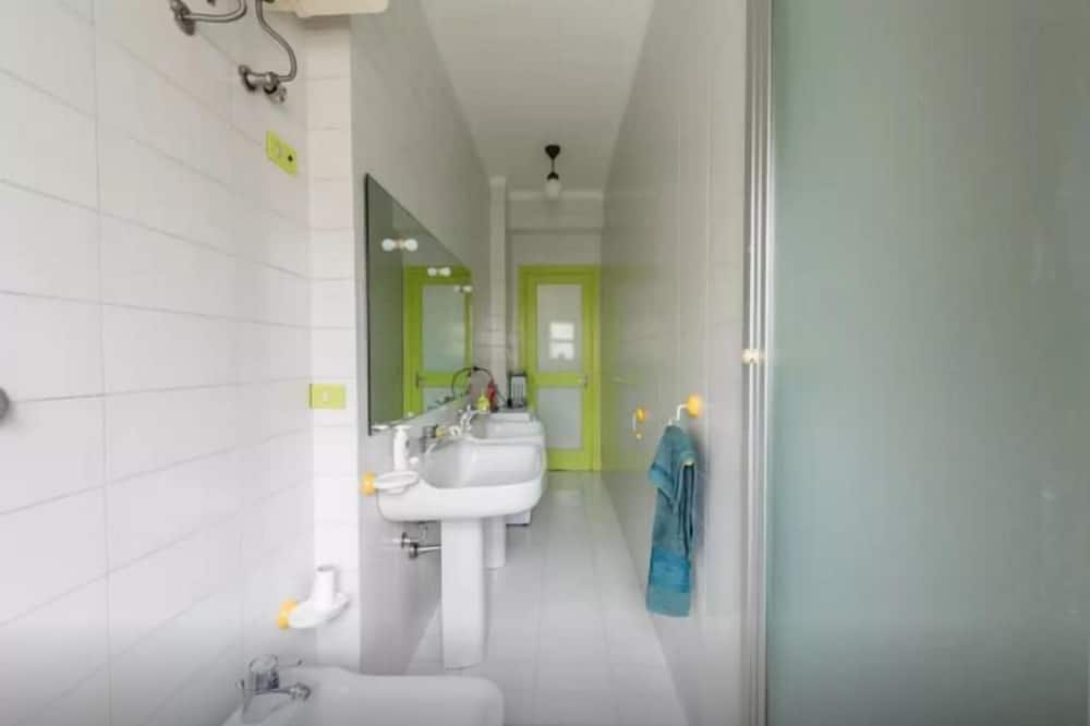 غرفة مزدوجة - بحمام مشترك (with balcony - Wood 1 ) - حمّام