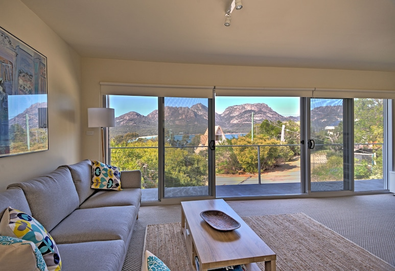 The Tides, Coles Bay, Comfort House, 3 Bedrooms, Mountain View, Living Area