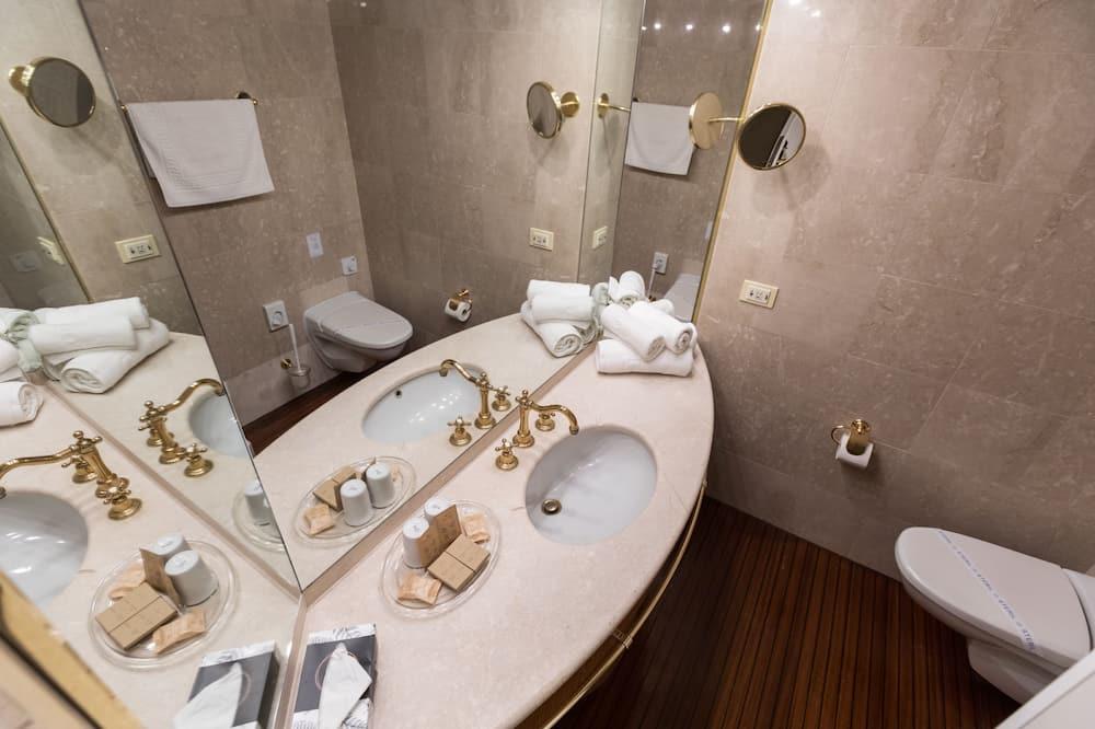 Liukso klasės dvivietis kambarys, 1 didelė dvigulė lova, vaizdas į upę - Vonios kambarys