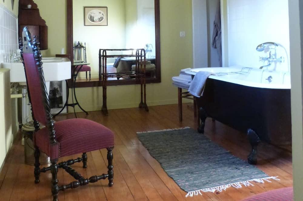 Háromágyas szoba, kilátással a kertre - Fürdőszoba