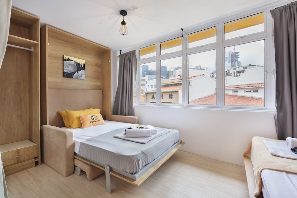 Premium-Dreibettzimmer, Gemischter Schlafsaal, Nichtraucher, Gemeinschaftsbad - Blick auf die Straße