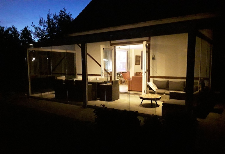 Spacious Holiday Villa for 13 People - Your pet is Also Welcome!, Susteren, Balcony