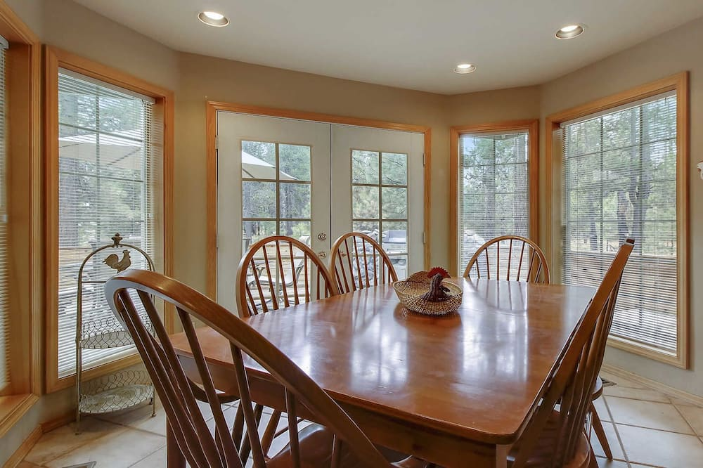 Family House, 5 Bedrooms, Fireplace (Free SHARC Pass, Lift Ticket Discount) - In-Room Dining