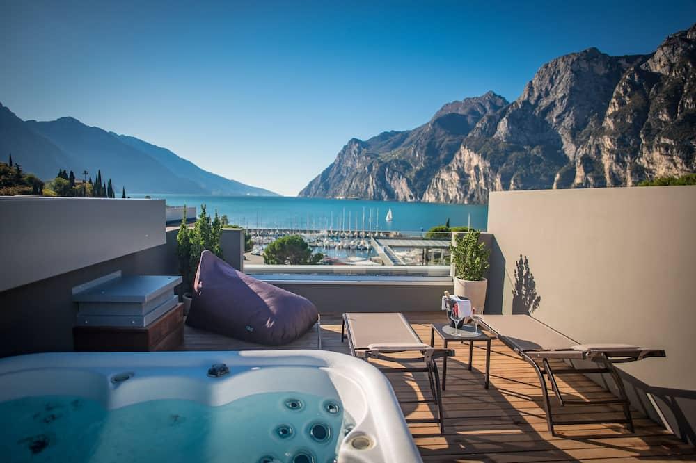 Honeymoon Studio Suite, 1 King Bed, Lake View, Tower - Private spa tub
