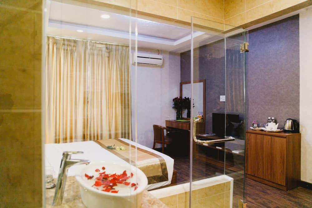Senior Double Room Single Use, 1 King Bed - Bathroom