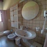 Classic szoba kétszemélyes vagy két külön ággyal, privát fürdőszoba, kilátással a kertre - Fürdőszoba