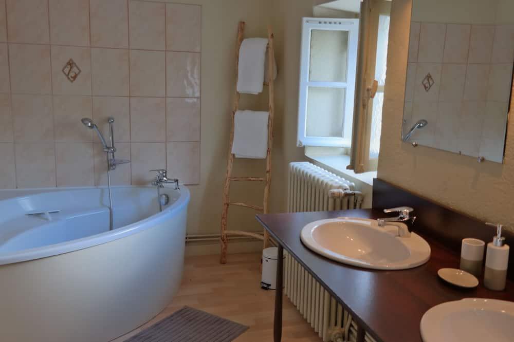 Luxury kahetuba, 1 ülilai voodi, vaade kõrgendikule (Hélène) - Vannituba