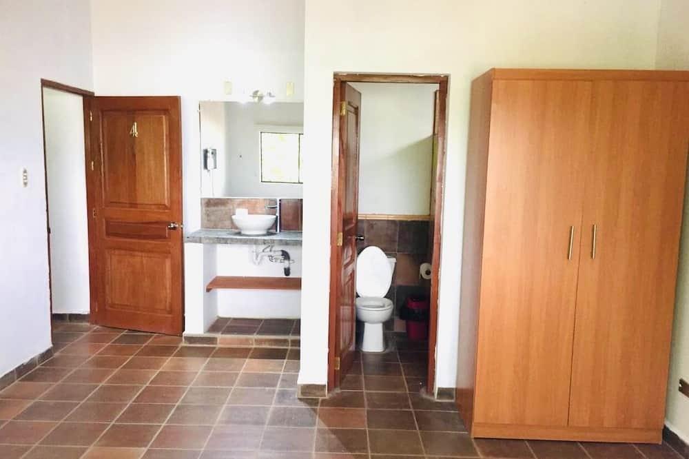 Четырехместный номер «Делюкс», 2 двуспальные кровати, для некурящих - Ванная комната